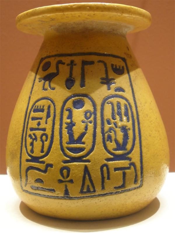 http://hieroglyphe.djehouty.free.fr/hieroglyphes/amenophisiii/amenphisIII_vase.jpg